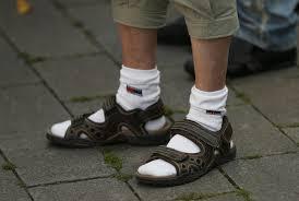 A férfilét nehézségei: A szandál és a zokni
